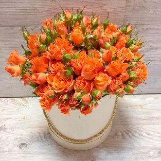 Кустовые оранжевые розы в коробке
